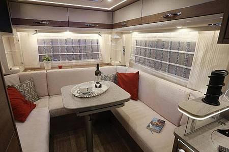 Sitzecke einer Elektro-Reisemobilstudie «e.home» des Herstellers Dethleffs: Ein fahrbares Wohnzimmer. Foto: picture alliance / David Young/dpa
