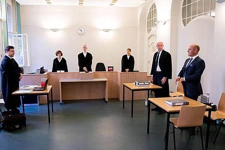 Rechtsanwalt Andreas Schoemaker (l), Vertreter des ehemaligen AfD-Fraktionsvorsitzenden Kalbitz, Alexander Wolf (r), AfD-Bundesvorstand, und der Rechtsanwalt der Partei, Joachim Steinhöfel (2.v.r) stehen vor dem Richter am Landgericht zu Beginn der Verhandlung. Foto: Kay Nietfeld/dpa