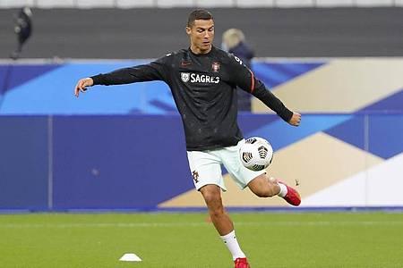 Wurde positiv auf das Coronavirus getestet: Portugals Fußballstar Cristiano Ronaldo wärmt sich auf. Foto: Thibault Camus/AP/dpa