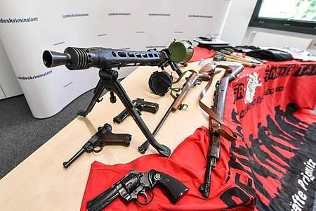 Bei einer Razzia gegen die Neonazi-Gruppe «Freie Kräfte Prignitz» sichergestellte Waffen und Materialien. Foto: Jens Kalaene/dpa-Zentralbild/dpa
