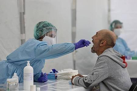 Eine Mitarbeiterin des spanischen Gesundheitswesens nimmt einen Abstrich. In Spanien wächst die Sorge einer zweiten Corona-Welle. Foto: Javi Colmenero/EUROPA PRESS/dpa