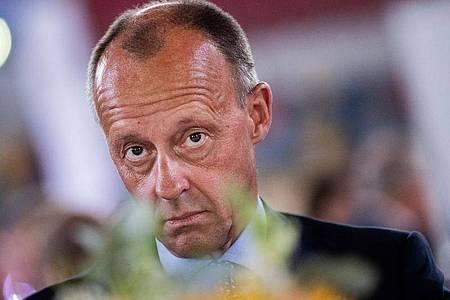 «Unsere Kinder werden das alles bezahlen müssen»: Friedrich Merz rügtFinanzminister Olaf Scholz. Foto: Rolf Vennenbernd/dpa