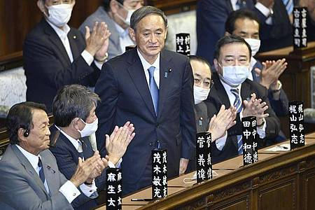 Japans neuer starker Mann heißt Yoshihide Suga. Der 71-Jährige tritt die Nachfolge von Shinzo Abe an - und erbt große Herausforderungen. Foto: -/kyodo/dpa