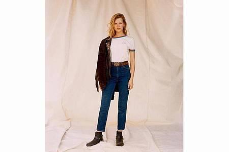 Als Begleitung zu flachen Schuhen machen sich Mom- oder Boyfriend-Jeans gut - auch Wrangler setzt auf diese Kombination (ca. 90 Euro). Foto: Wrangler/dpa-tmn
