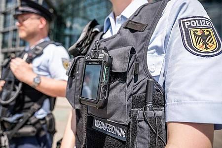 Beamte der Bundespolizei am Berliner Hauptbahnhof. Innenminister Seehofer will Bundespolizisten wieder zu Einsätzen nach Berlin schicken. Foto: Michael Kappeler/dpa