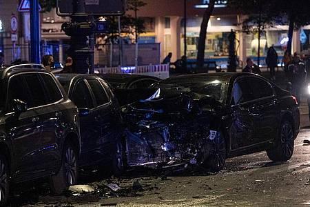 Ein beschädigter PKW steht an der Kreuzung Kurfürstendamm Cicerostraße in Berlin. Bei dem Unfall traf dieser Wagen ein anderes Fahrzeug, das sich anschließend überschlug. Foto: Paul Zinken/dpa