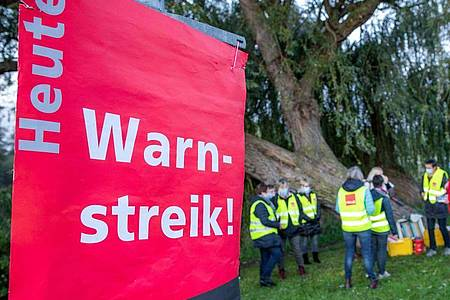 Mitglieder der Gewerkschaft Verdi machen mit einem Warnstreik weiter Druck auf die Arbeitgeber. Foto: Jens Büttner/dpa-Zentralbild/dpa