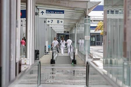 Arbeiterinnen gehen einen Korridor im provisorischen Krankenhaus auf der Madrider Messe entlang. Foto: Ricardo Rubio/Europa Press/dpa