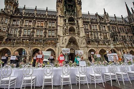 Hochzeitsdienstleister demonstrieren auf dem Marienplatz in München. Foto: Peter Kneffel/dpa