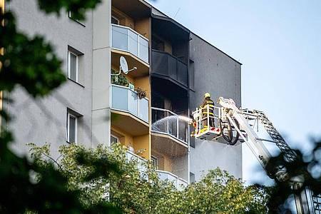 Feuerwehrleute bekämpfen den Brand in einem Hochhaus in Bohumin im Osten Tschechiens. Foto: Vladimír Pryèek/CTK/dpa
