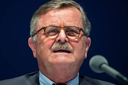 Weltärztebund-Vorsitzender Frank Ulrich Montgomery, meint: «Bei 20.000 Neuinfektionen gerät die Lage außer Kontrolle.». Foto: Guido Kirchner/dpa