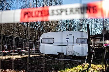 Auf dem Campingplatz Eichwald in der inzwischen eingezäunten Parzelle des mutmaßlichen Täters steht der versiegelte Campingwagen. Foto: Guido Kirchner/dpa