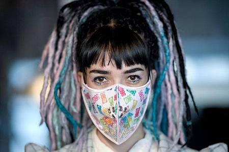 """Die Designerin Hadas Foguel zeigt eine Mundschutz-Maske ihres Labels """"Foguelina"""". Foto: Britta Pedersen/dpa-Zentralbild/dpa"""