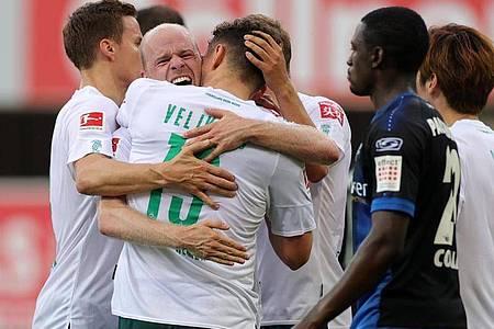 Nach dem Auswärtssieg in Paderborn schöpft Werder Bremen wieder Hoffnung im Abstiegskampf. Foto: Friedemann Vogel/EPA/Pool/dpa