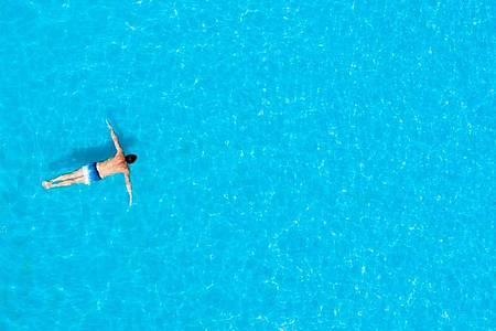 Beim Brustschwimmen sollte der Kopf nicht die ganze Zeit über Wasser gehalten werden. Foto: Julian Stratenschulte/dpa/dpa-tmn
