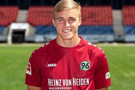 Hannovers Timo Hübers ist als erster Fußballprofi in Deutschland positiv auf das Coronavirus getestet worden. Foto: Peter Steffen/dpa