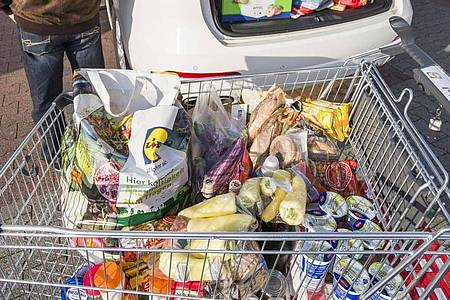 Der Lebensmittelhandel appelliert an die Verbraucher: Es gibt keinen Grund für Vorratskäufe. Foto: Frank Rumpenhorst/dpa