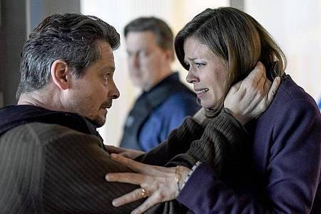 Kessel (Fritz Karl) und Claire (Jessica Schwarz) sind verzweifelt, weil Ruby als Geisel genommen wurde. Foto: Marion von Der Mehden/ZDF/Arte/dpa