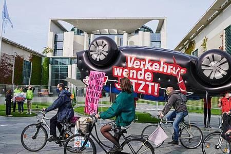Aktivisten fordern vor dem Kanzleramt die «Verkehrswende». Foto: Annette Riedl/dpa