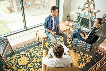 Von lockerer Loftatmosphäre bis zur Business-Lounge: Coworking Spaces unterscheiden sich zum Teil deutlich. Foto: Christin Klose/dpa-tmn