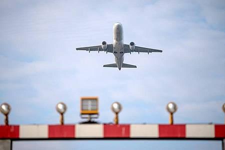 Ein Flugzeug startet vom Flughafen Hannover. Die wohl ungewöhnlichste Urlaubssaison seit Jahrzehnten ist eröffnet. Foto: Sina Schuldt/dpa/Symbolbild