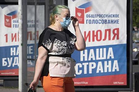 Auf einem Plakat in Sankt Petersburg steht: «Ganz Russland wählt am 1. Juli unsere Zukunft und unser Land». Foto: Dmitri Lovetsky/AP/dpa