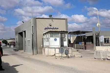 Ein Mitglied der Sicherheitskräfte der palästinensischen Hamas steht am Grenzübergang Kerem Schalom. Israel hat den Grenzübergang für Warenlieferungen in das Küstengebiet wieder geöffnet. Foto: Ashraf Amra/APA Images via ZUMA Wire/dpa