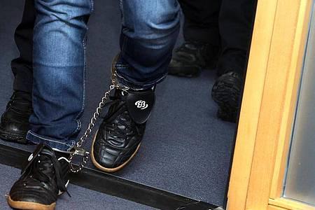 Der angeklagte Stephan Balliet betritt zu Beginn des 16. Prozesstages mit Fußfesseln den Verhandlungssaal im Landgericht Magdeburg. Foto: Ronny Hartmann/dpa-Zentralbild/dpa