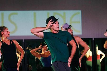 Antonio Banderas (M) in einer Tanzszene des Musicals «A Chorus Line» (2019). Foto: Álex Zea/Europa Press/dpa