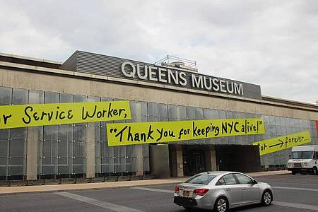Auf dem Queens Museum steht auf angebrachten Transparenten «Dear Service Worker, «Thank you for keeping NYC alive!». Foto: Christina Horsten/dpa