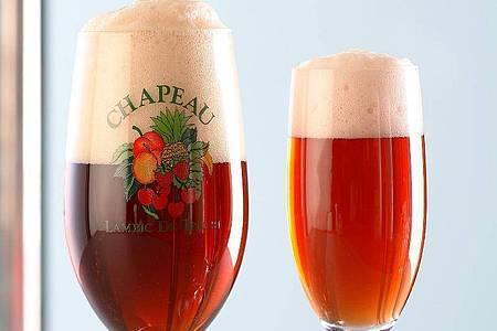 Freunde von dunklem Bier dürfte Schiffners Cocktail «Bier Royal» munden: Dafür wird obergäriges Porter mit rotem Zweigelt Sekt vereint und mit einem Schuss Johannisbeersaft verfeinert. Foto: Dr. Werner Schiffner/dpa-tmn