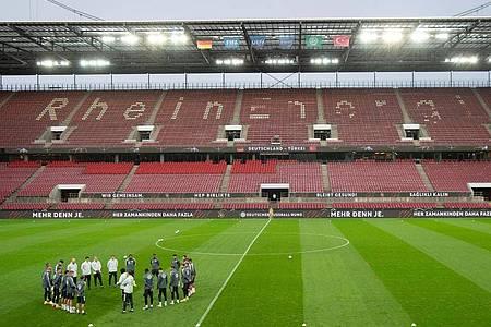 Die deutsche Nationalmannschaft hat sich am Tag vor dem Test-Länderspiel gegen die Türkei im leeren RheinEnergie-Stadion versammelt. Foto: Federico Gambarini/dpa