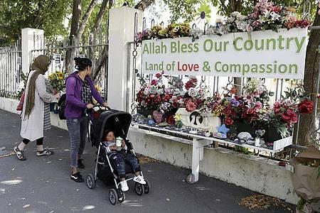 In Christchurch erinnern Blumen an die Opfer der Terroranschläge auf zwei Moscheen im März 2019. Foto: Mark Baker/AP/dpa