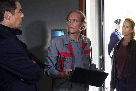 "Sonja (Chiara Schoras) und ""Capo"" Matteo (Tobias Oertel, l) verdächtigen Manuel Steinbrenner (Emanuel Fellmer). Foto: Hans-Joachim Pfeiffer/ARD/Degeto/dpa"