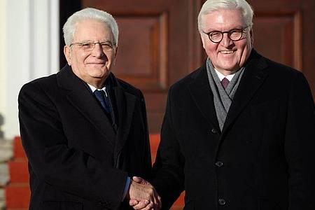 Bundespräsident Frank-Walter Steinmeier (r) trifft auf Italiens Präsident Sergio Mattarella. Foto: Gregor Fischer/dpa/Archiv