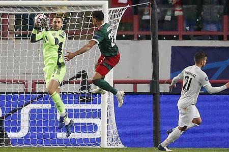 Bayern-Keeper Manuel Neuer (l) hatte reichlich zu tun. Foto: Maxim Shemetov/Reuters Pool/dpa