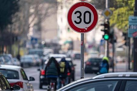 Schon bei geringeren Geschwindigkeitsüberschreitungen als bisher kann es einen Monat Fahrverbot geben. Foto: Frank Rumpenhorst/dpa