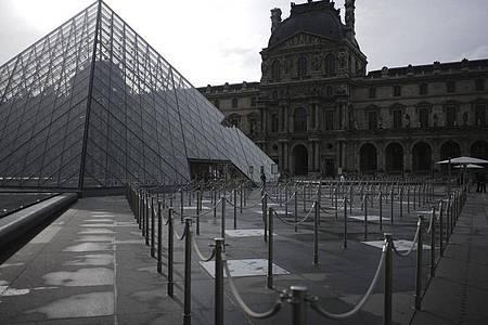 Der leere Innenhof des Louvre-Museums in Paris. Die Zahl der Corona-Infektionen in Frankreich steigt rasant an. Foto: Lewis Joly/AP/dpa