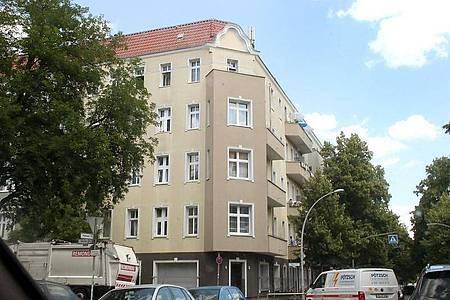 Ein unter Quarantäne gestelltes Wohnhaus in Berlin-Neukölln. Nach einem größeren Corona-Ausbruch stehen über 350 Berliner Haushalte unter Quarantäne. Foto: Wolfgang Kumm/dpa