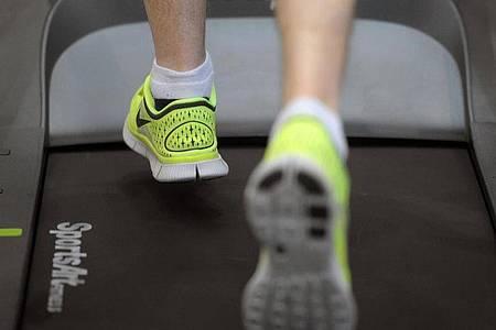 Nicht ohne Risiko: Fehltritte auf dem Laufband können schmerzhafte Folgen haben. Foto: Marius Becker/dpa/dpa-tmn