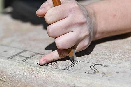 Erfordert Kraft und Präzision: Bei der Arbeit von Steinbildhauern gibt es keinen «Rückgängig»-Befehl. Foto: Kirsten Neumann/dpa-tmn