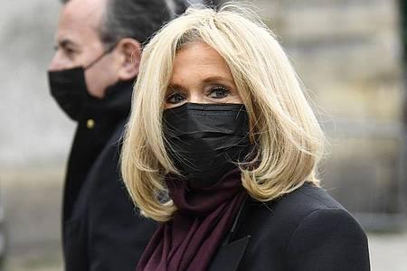 Brigitte Macron, Ehefrau des Präsidenten von Frankreich, bei der Trauerfeier in Paris. Foto: Bertrand Guay/AFP/dpa