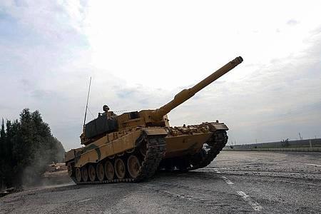 Ein Leopard 2A4 der türkischen Armee ist auf dem Weg nach Syrien. Foto: -/XinHua/dpa
