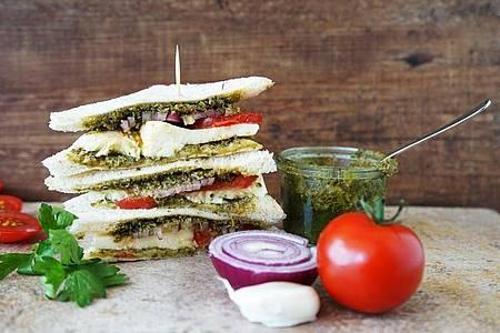 Wer schon einmal in Italien war, kennt Tramezzini - weiche Sandwiches ohne Kruste in vielen Variationen. Foto: Manfred Zimmer/herrgruenkocht.de/dpa-tmn