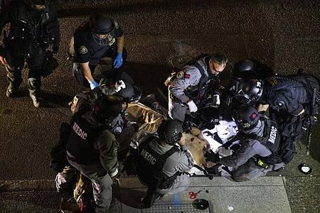 Nach Zusammenstößen in der Innenstadt von Portland wurde ein Mann erschossen. Kämpfe brachen aus, als ein Autokorso der Anhänger von US-Präsident Donald Trump durch die Stadt fuhr und mit Gegnern zusammenstieß. Foto: Paula Bronstein/FR171772 AP/dpa