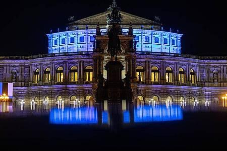 Die Semperoper in Dresden am Abend. Foto: Robert Michael/dpa-Zentralbild/dpa