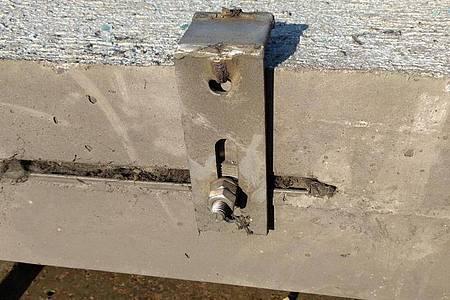 Ein von Straßen.NRW zur Verfügung gestelltes Bild zeigt die Bruchstelle an der Betonplatte. Die Betonplatte hatte sich am Freitag gelöst und war auf der A3 bei Köln auf das Auto einer 66-jährigen Kölnerin gestürzt, die noch am Unfallort starb. Foto: -/Straßen.NRW/dpa