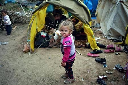 Ein kleines Mädchen in einem Flüchtlingslager an der türkisch-griechischen Grenze: Bei der Aufnahme minderjähriger Flüchtlinge sind die 27 EU-Staaten tief gespalten. Foto: Ismail Coskun/IHA/AP/dpa