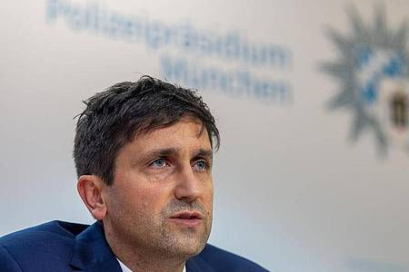 Josef Wimmer, Leiter Kriminalkommissariat 11, bei einerPressekonferenz zur Festnahme einer Tatverdächtigen nach dem Fund vergifteter Getränkeflaschen in Münchner Supermärkten. Foto: Peter Kneffel/dpa