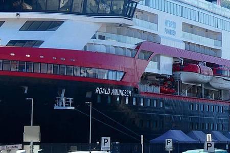 Auf der MS Roald Amundsen, die die Hurtigruten bereist, ist die Zahl der infizierten Crew-Mitglieder auf 33 gestiegen. Foto: Hinrich Bäsemann/dpa